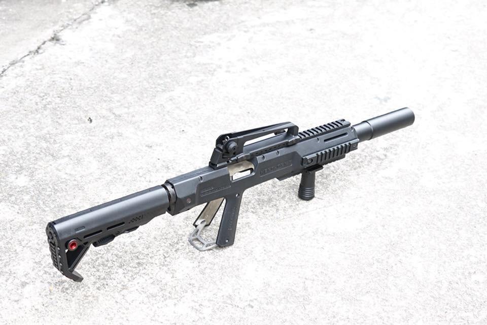 New.HERA ARMS cabine conversion kit สำหรับปืนสั้น 1911 มาพร้อมท่อมีลักษณะคล้ายไซเรนเซอร์ แต่ภายในกลวง รูโต มโหฬาร กว้างเหมือนปากแก้วน้ำ ภายในเสริมโครงโลหะ เพิ่มความแข็งแรงทำให้มันรับแรงรีคอล์ยได้สูง แต่ ไม่มีพานท้าย และกิ๊ฟมือหน้า มาให้ ใส่พานท้าย M4 ได้ค
