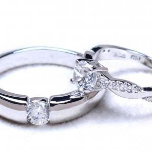 แหวนคู่รักเงินแท้ เพชรสังเคราะห์ ชุบทองคำขาว รุ่น LV14781606 Dotmoon B & 0.60 carat Cute Twist